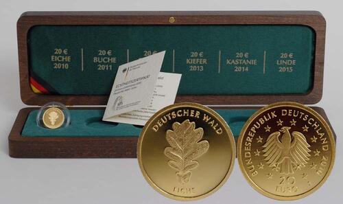 Lieferumfang:Deutschland : 20 Euro Eiche inkl. Holzkassette Buchstabe unserer Wahl  2010 Stgl. Deutschland 20 Euro Eiche Goldmünze