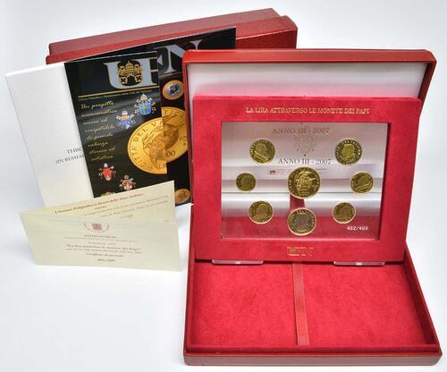 Lieferumfang:Vatikan : 8 Medaillen 8 Goldmedaillen zur Erinnerung an die letzten Lira-Münzen 2001. Abgebildet sind Pius IX, Pius XI, Pius XII, Johannes XXIII, Paul VI, Johannes Paul I, Johannes Paul II.  2007 PP