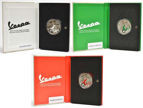 Lieferumfang:Italien : 3x5 Euro 3x5 Euro Set Vespa rot - grün -weiß in Einzeletuis  2019 Stgl.