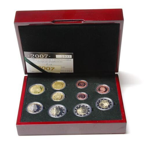 Lieferumfang:Luxemburg : 7,88 Euro KMS Luxemburg mit 2 x 2 Euro Gedenkmünzen (Römische Verträge und Palast)  2007 PP