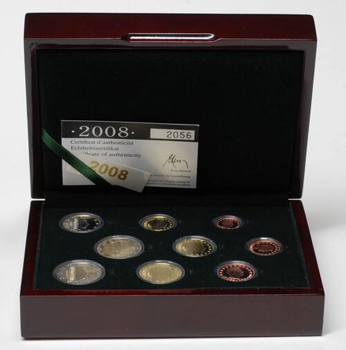 Lieferumfang:Luxemburg : 5,88 Euro original Kursmünzensatz aus Luxemburg mit zusätzlicher 2 Euro Gedenkmünze (Chateau Berg)  2008 PP KMS Luxemburg 2008 PP