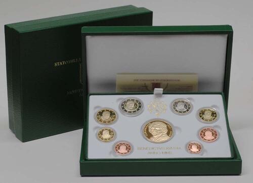 Lieferumfang:Vatikan : 3,88 Euro original Kursmünzensatz aus dem Vatikan mit Goldmedaille  2010 PP KMS Vatikan 2010 PP mit Goldmedaille